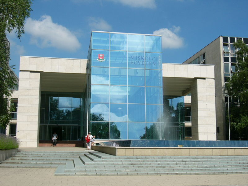 22-egyetem_fobejarat